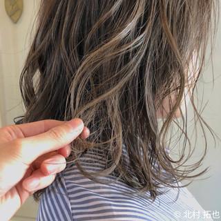 グレージュ ナチュラル シアーベージュ 極細ハイライト ヘアスタイルや髪型の写真・画像