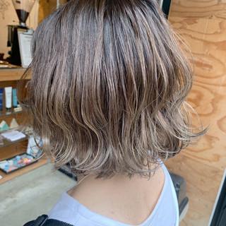 グレージュ ハイトーンカラー グラデーション ボブ ヘアスタイルや髪型の写真・画像