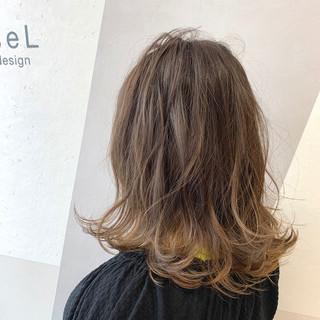 ブラウンベージュ ミディアム フェミニン 透明感カラー ヘアスタイルや髪型の写真・画像