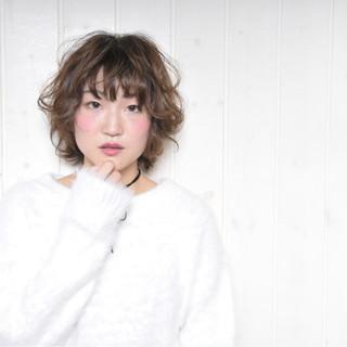 ミルクティー ショート パーマ フリンジバング ヘアスタイルや髪型の写真・画像