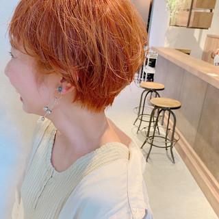 ショート オレンジ インナーカラー オレンジベージュ ヘアスタイルや髪型の写真・画像
