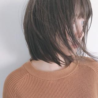 外ハネ 透明感 グレージュ 秋 ヘアスタイルや髪型の写真・画像