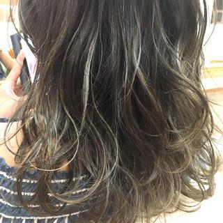 グレージュ ロング ストリート ハイライト ヘアスタイルや髪型の写真・画像