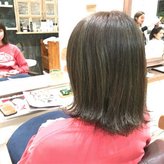 ミディアム オリーブアッシュ ストリート ベージュ ヘアスタイルや髪型の写真・画像