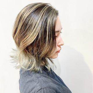 ミルクティーベージュ グレーアッシュ ショートボブ アッシュグレージュ ヘアスタイルや髪型の写真・画像