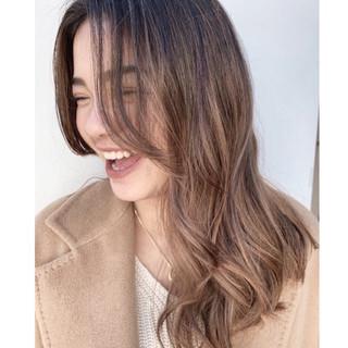 グレージュ バレイヤージュ 外国人風カラー ハイライト ヘアスタイルや髪型の写真・画像