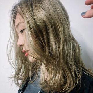 グレージュ ミディアム ガーリー アッシュ ヘアスタイルや髪型の写真・画像