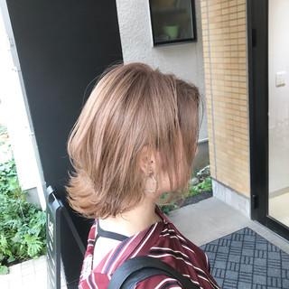 くびれボブ ミディアム グレージュ デザインカラー ヘアスタイルや髪型の写真・画像