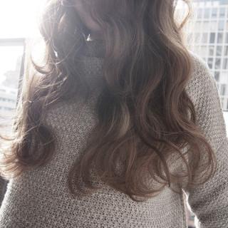 アッシュ ゆるふわ アッシュベージュ セミロング ヘアスタイルや髪型の写真・画像