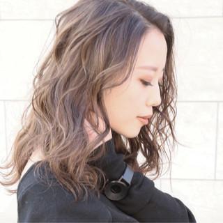 外国人風 ナチュラル 波ウェーブ ニュアンス ヘアスタイルや髪型の写真・画像