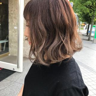 ミルクティーベージュ フェミニン アッシュ ウェーブ ヘアスタイルや髪型の写真・画像