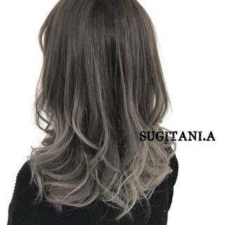 ダブルカラー 上品 セミロング グレージュ ヘアスタイルや髪型の写真・画像