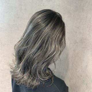 シルバーアッシュ ナチュラル ホワイトハイライト コントラストハイライト ヘアスタイルや髪型の写真・画像