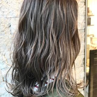 コンサバ グレージュ セミロング ハイライト ヘアスタイルや髪型の写真・画像