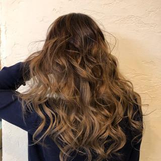 透け感ヘア バレイヤージュ 西海岸風 エレガント ヘアスタイルや髪型の写真・画像
