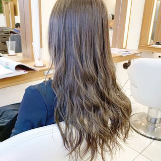 アッシュグレージュ アッシュ ロング コテ巻き ヘアスタイルや髪型の写真・画像 ヘアスタイルや髪型の写真・画像