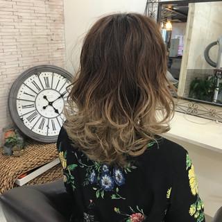 外ハネ ミディアム グラデーションカラー ガーリー ヘアスタイルや髪型の写真・画像