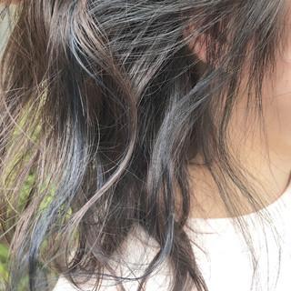 アッシュグレー ダブルカラー ネイビー セミロング ヘアスタイルや髪型の写真・画像
