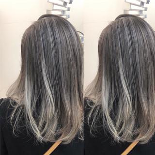 ミディアム ハイライト バレイヤージュ ナチュラル ヘアスタイルや髪型の写真・画像