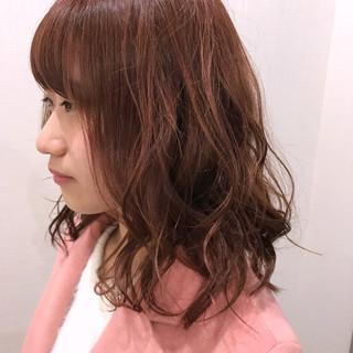 ミディアム ピンク ローライト レッド ヘアスタイルや髪型の写真・画像