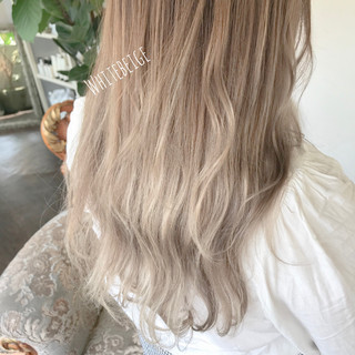 セミロング ホワイトハイライト シナモンベージュ ミルクグレージュ ヘアスタイルや髪型の写真・画像