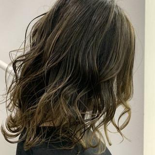 セミロング グレージュ バレイヤージュ イルミナカラー ヘアスタイルや髪型の写真・画像
