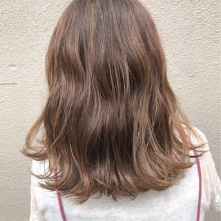 グレージュ オフィス ハイライト セミロング ヘアスタイルや髪型の写真・画像