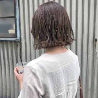 切りっぱなしボブ デート ガーリー アッシュベージュ ヘアスタイルや髪型の写真・画像