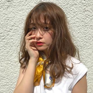 ミディアム シースルーバング ゆるふわ ベージュ ヘアスタイルや髪型の写真・画像