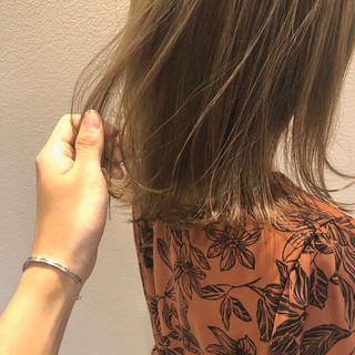 ベージュ ナチュラルベージュ 外ハネ 切りっぱなしボブ ヘアスタイルや髪型の写真・画像