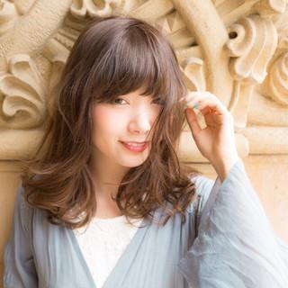 フェミニン ミディアム ウェーブ 抜け感 ヘアスタイルや髪型の写真・画像 ヘアスタイルや髪型の写真・画像