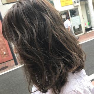 ミディアム ハイライト グレージュ ナチュラル ヘアスタイルや髪型の写真・画像