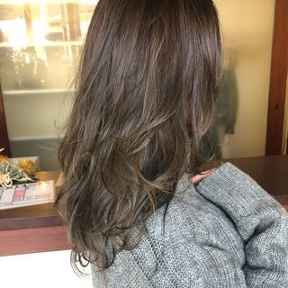 セミロング グラデーションカラー グレージュ ナチュラル ヘアスタイルや髪型の写真・画像
