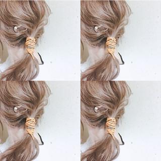 紐アレンジ ナチュラル ミディアムヘアー ピンクベージュ ヘアスタイルや髪型の写真・画像