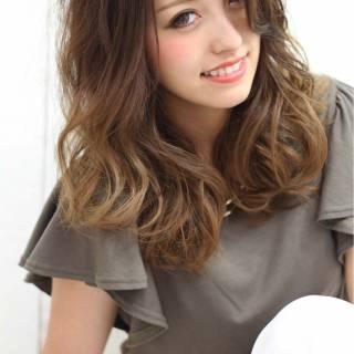 セミロング グラデーションカラー マルサラ ナチュラル ヘアスタイルや髪型の写真・画像