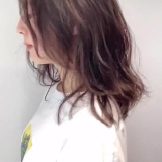 センター分け ベージュ ナチュラル セミロング ヘアスタイルや髪型の写真・画像