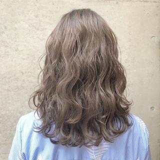 グレージュ 外国人風カラー セミロング ストリート ヘアスタイルや髪型の写真・画像