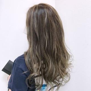 グレージュ 外国人風 ウェーブ 上品 ヘアスタイルや髪型の写真・画像