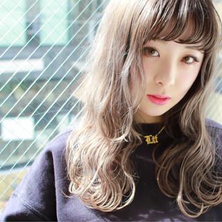 セミロング ホワイトアッシュ ハイライト 外国人風 ヘアスタイルや髪型の写真・画像