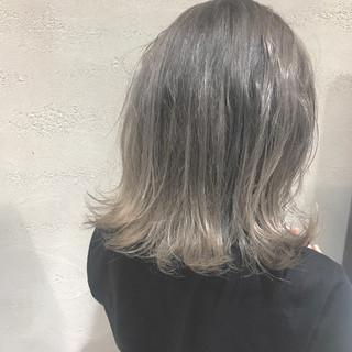 外国人風カラー グレージュ アッシュ ミディアム ヘアスタイルや髪型の写真・画像