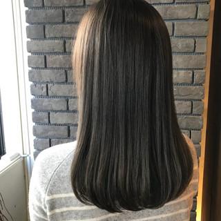 ラベンダー グレージュ 抜け感 オフィス ヘアスタイルや髪型の写真・画像