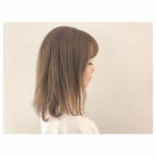 大人かわいい アッシュベージュ フェミニン ウェーブ ヘアスタイルや髪型の写真・画像