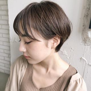 ショートボブ ミルクティーベージュ ショートヘア ナチュラル ヘアスタイルや髪型の写真・画像