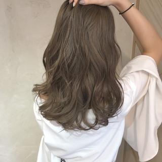 アッシュ ハイライト ミディアム デート ヘアスタイルや髪型の写真・画像