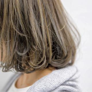 ロブ グレージュ ハイライト ストリート ヘアスタイルや髪型の写真・画像