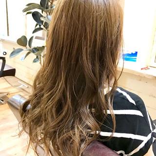 ロング ローライト フェミニン グレージュ ヘアスタイルや髪型の写真・画像
