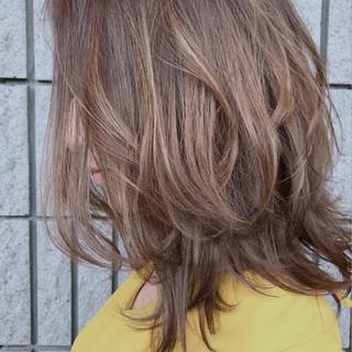 ハイライト ミディアム センターパート 上品 ヘアスタイルや髪型の写真・画像 ヘアスタイルや髪型の写真・画像