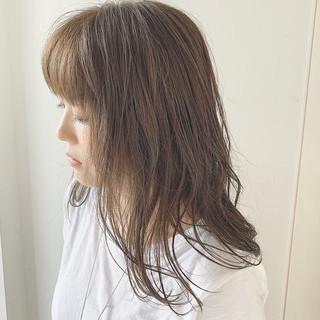 ミルクティーベージュ 前髪あり セミロング ナチュラル ヘアスタイルや髪型の写真・画像