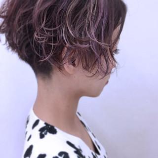 小顔 ショート グラデーションカラー パーマ ヘアスタイルや髪型の写真・画像