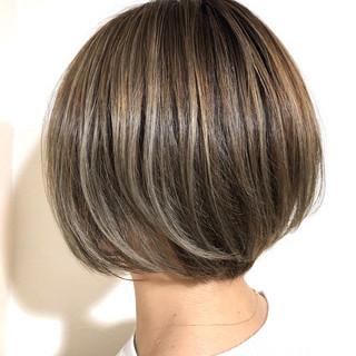 ナチュラル シルバー ハイライト ブリーチカラー ヘアスタイルや髪型の写真・画像